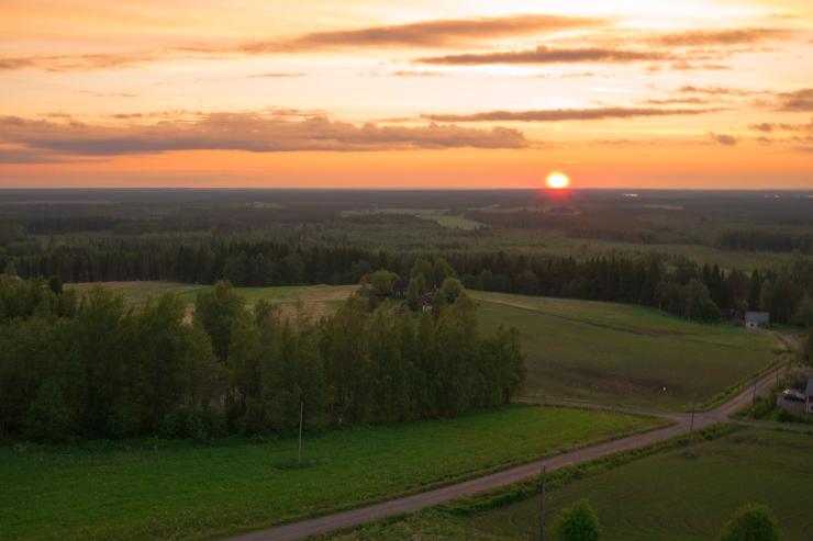 Aurinko laski 21.6. Vähä-Räyrinki järven länsipuolelle.