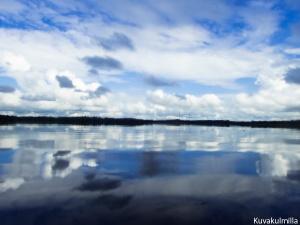 Seinäjoen Kyrkösjärveä veden pintakalvosta, kamera puoliksi pinnalla, puoliksi alla.