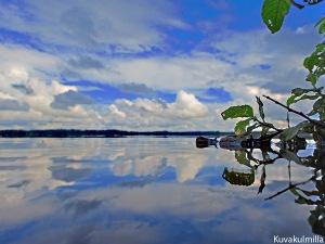Seinäjoen Kyrkösjärveä veden pintakalvosta, kamera lähes kokonaan pinnalla.