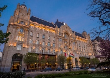 Four Seasons hotellin takaa loisti kuu. 12-40 mm zoomilla niin laajakulmainen otos kuin pystyi ottamaan.