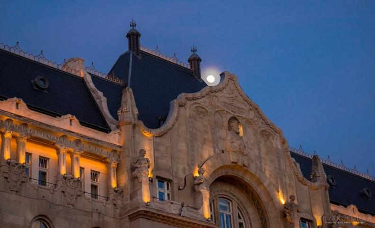 Four Seasons hotellin takaa loisti kuu. 12-40 mm täydellä zoomilla räpsäisty kuu.