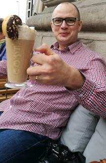Hotellin viereisen Costa Coffeen terassilla.