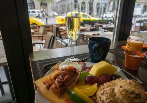 Aamupalaa voi nauttia kaupungin sydämessä. Hotellin aamupalapöydästä on suora näkymä Andrássy útille.
