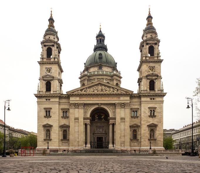 Aamulla aikaisin herännyt palkitaan. Näkymä jättimäiselle kirkolle on rauhoittava.