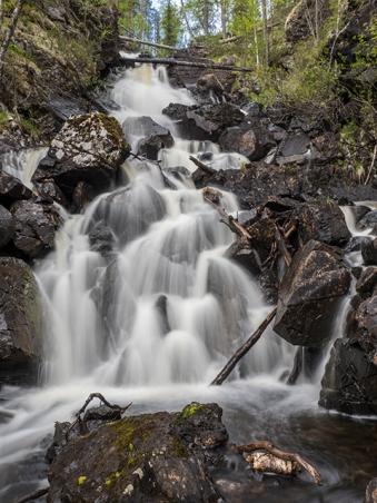 Saaripuron vesiputous kanjonin alaosasta kuvattuna.
