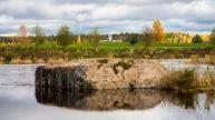 Vastapäisellä rannalla Raataja -muistomerkki.