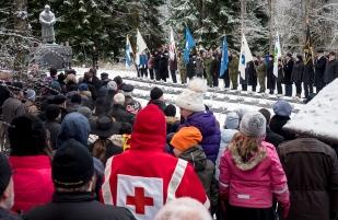 Itsenäisyyspäivän seppeleiden lasku Törnävän hautausmaalla.