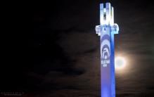 Kuu möllöttää Lakeudenristin tornin takana.