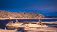Tunti ennen auringonnousua aamun sini tyrmäsi kauneudellaan.