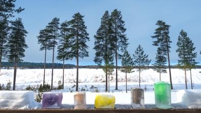 Väripläjäys hangen keskelle syntyy kätevästi värjättyä vettä jäädyttämällä.