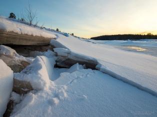 Vasemmalla rannan jääpinta. Vettä löytyy noin 3 metriä alempaa oikealta.